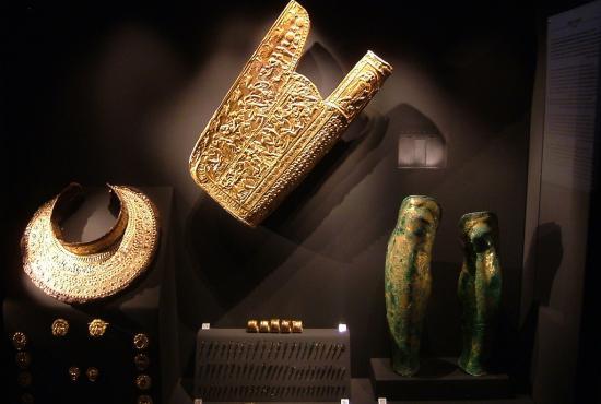 vergina_archeological_museum___the_main_armor_suit_of_phillip_ii_01_greece-normal.jpg